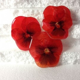 Pansy brooch in red oriented colours